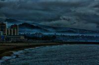 Mar ,playa, niebla, montaña,y cielo