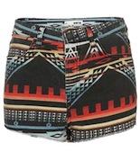 9 shorts d'hivern guapíssims Combina el short d'estampat ètnic amb un jersei de punt gruixut.
