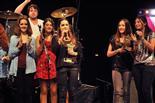 Gala final de la 1a edició de TeenStar Ariadna Bonet dedica el premi, mentre els seus companys l'aplaudeixen