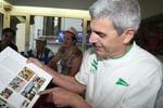 barcelona92 vintage Cèsar Gómez ensenya la fotografia del llibre de les Olímpíades on surt fotografiat