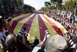 La manifestació del 10-J amb ulls ripollesos La senyera que obria la marxa. Foto: Gerard Garcia