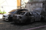 El 2013, en 115 fotografies Uns desconeguts cremen dos cotxes al centre de Ripoll (26 de maig). Foto: ElRipollès.info