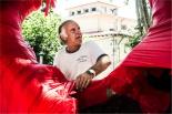 El 2013, en 115 fotografies Evelí Adam «vesteix» els arbres de Campdevànol (3 de setembre). Foto: Rastres (Gerard Garcia i Raül Duque)
