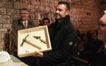 El 2013, en 115 fotografies Santi Vila rebent les eines de jove arqueòleg al castell de Mataplana (30 de novembre). Foto: ElRipollès.info