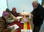 El 13-D en imatges Un dels primers votants a Ribes. Foto: Laia Deler