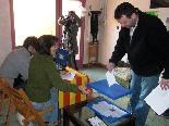 El 13-D en imatges L'alcalde de Pardines, Esteve Perpinyà (ERC), votant. Foto: Laia Deler