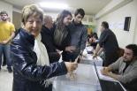 El 13-D en imatges Carmen Navascués va ser la primera votant a Ripoll. Foto: Arnau Urgell