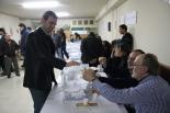 El 13-D en imatges El president del Consell Comarcal, Enric Pérez (PSC), també va votar. Foto: Arnau Urgell