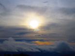 Paisatge i meteorologia de gener al Ripollès Els núvols entorbeleixen el sol al capvestre des de serra Cavallera (2 de gener). Foto: Antonina Coromina