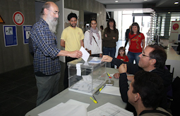 Municipals 2015: candidats del Baix Ripollès i ambient matinal Santi Llagostera (CUP Ripoll). Foto: Arnau Urgell