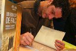 Joel Joan signa exemplars del seu darrer llibre