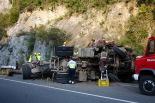 Accident d'un camió de troncs al pont de la Cabreta