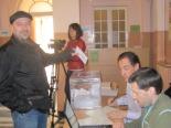 Consultes del 28F El regidor del PSC de Sant Joan, Jordi Caparrós, votant