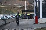 Detenció de suposats membres d'ETA al Ripollès Al fons, registre de la furgoneta en la qual viatjaven els detinguts