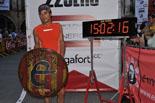Ultratrail Emmona 2013 Òscar Pérez amb l'escut de l'Emmona. Foto: Marc Cargol