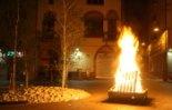 El 2009 al Ripollès, en 100 imatges Una foguera il·lumina la plaça Gran (Ripoll, 23 de juny) Foto: Arnau Urgell