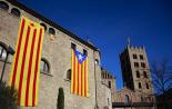 El 2012 al Ripollès, en 125 imatges Penjada de dues grans estelades a l'església de Sant Pere de Ripoll. Foto: Arnau Urgell