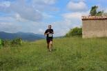 I Cursa de les Quatre Ermites de Ripoll Un corredor passant per l'ermita de Sant Roc. Foto: B&B Sports