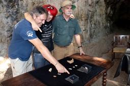 Restes homínides a la Cova de les Teixoneres de Moià, 2016 Els arqueòlegs Eudald Carbonell i Jordi Rosell juntament amb l'arqueòloga que va fer la troballa de la dent assenyalant-la al taulell on hi ha la resta de troballes de la campanya a la Cova de les Teixoneres de Moià