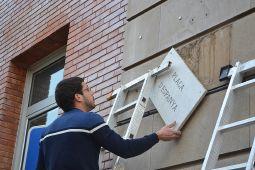 Canvi de placa a la plaça Espanya per plaça de la República