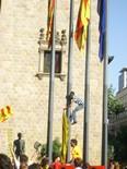 Manifestació 10-J: les fotos dels ciutadans Despenjada de la bandera espanyola a la Diputació de Barcelona. Foto: Montse Pinyot