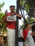 Manifestació 10-J: les fotos dels ciutadans Un ciutadà amb l'edició de paper de Nació Digital. Foto: Ivan N
