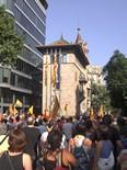 Manifestació 10-J: les fotos dels ciutadans Despenjada de la bandera espanyola de la Diputació de Barcelona. Foto: Joan Pilar i M. Carme de Ripoll