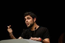 Premis Enderrock 2015 Alguer Miquel, cantant de Txarango, recollint el primer dels cinc premis Enderrock per a Txarango