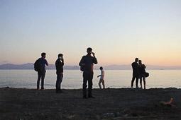 Arribada dels refugiats sirians a l'illa de Kos  Un grup de sirians acabats d'arribar a Kos truquen als seus familiars.