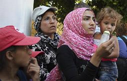 Arribada dels refugiats sirians a l'illa de Kos  Unes dones sirianes esperen ser identificades per la policia grega.