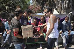 Arribada dels refugiats sirians a l'illa de Kos  Voluntaris de l'illa repartint menjar a l'exterior de l'hotel.