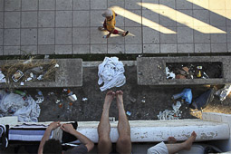 Arribada dels refugiats sirians a l'illa de Kos  Uns sirians passen l'estona al balcó de la seva habitació.
