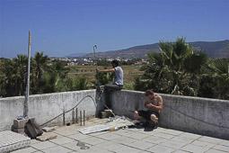 Arribada dels refugiats sirians a l'illa de Kos  Uns sirians utilitzen el telèfon per comunicar-se amb les seves famílies.