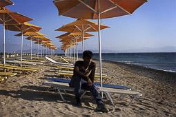 Arribada dels refugiats sirians a l'illa de Kos  Un pakistanès descansa després del viatge des de Túrquia en barca inflable.