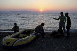 Arribada dels refugiats sirians a l'illa de Kos  Uns pakistanesos acabats d'arribar a la platjar del far de Kos.