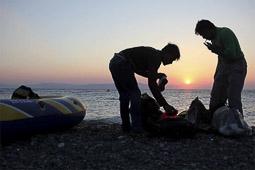 Arribada dels refugiats sirians a l'illa de Kos  Uns pakistanesos acabats d'arribar després del viatge en una barca inflable.