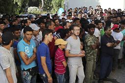 Arribada dels refugiats sirians a l'illa de Kos  Sirians i pakistanesos esperen per ser indentificats a la comissaria de Kos.