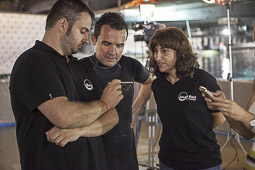 David Baró es submergeix amb els taurons de l'Aquàrium de Barcelona