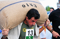 Les millors fotos de la setmana de Nació Digital   Cursa de portadors de sacs d'avellana a Reus. </br>Foto: Laia Solanellas