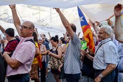 La plaça Sant Jaume s'omple en suport del 27-S