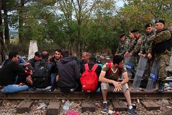 El drama dels refugiats sirians, a la frontera de Macedònia Refugiats sirians esperen que la policia macedònia els deixi travessar la frontera (24 d'agost). Foto: Sergi Cámara