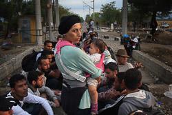 El drama dels refugiats sirians, a la frontera de Macedònia Una dona i el seu fill esperen per entrar de Grècia a Macedònia. (24 d'agost). Foto: Sergi Cámara