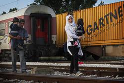 El drama dels refugiats sirians, a la frontera de Macedònia Una família de sirians arriben a la frontera. Els policies macedonis deixen passar la frontera de deu en deu. (24 d'agost). Foto: Sergi Cámara