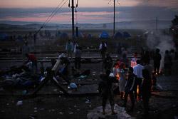 El drama dels refugiats sirians, a la frontera de Macedònia Centenars de persones han dormit a tocar de la frontera (25 d'agost). Foto: Sergi Cámara