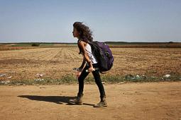 Refugiats sirians a la frontera Sèrbia-Croàcia Una nena siriana camina en direcció a la frontera croata des del poble serbi de Sid. Foto: Sergi Cámara