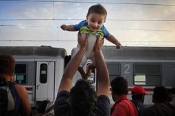 Refugiats sirians a la frontera Sèrbia-Croàcia Un refugiat sirià juga amb el seu fill mentre espera pujar al tren a l'estació del poble croat de Tovarnik. Foto: Sergi Cámara