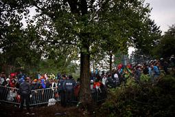 Refugiats sirians a la frontera Sèrbia-Croàcia La policia bloqueja l'accés a l'estació per tal d' evitar aglomeracions a l'arribada del tren. Foto: Sergi Cámara