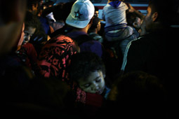 Refugiats sirians a la frontera Sèrbia-Croàcia Un nen dorm mentre la seva família espera pujar al tren de la població croata de Tovarnik. Foto: Sergi Cámara