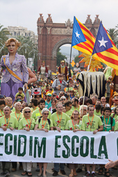Muriel Casals, tota una vida de lluita 14/06/2014.  Muriel Casals i representants de Somescola a la capçalera de la manifestació en defensa de l'escola catalana. Foto Núria Julià.