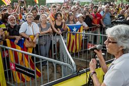 Muriel Casals, tota una vida de lluita 19/09/2014. Muriel Casals dirigint-se a la gent concentrada a les portes del Parlament després d'aprovar-se la Llei de Consultes. Foto Adrià Costa.